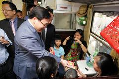 Bí thư Hà Nội Hoàng Trung Hải lì xì cho khách đi tàu xe