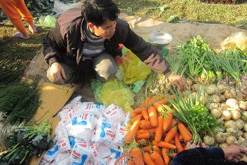 Độc đáo chợ Tết 'càng đánh nhau to càng may mắn'