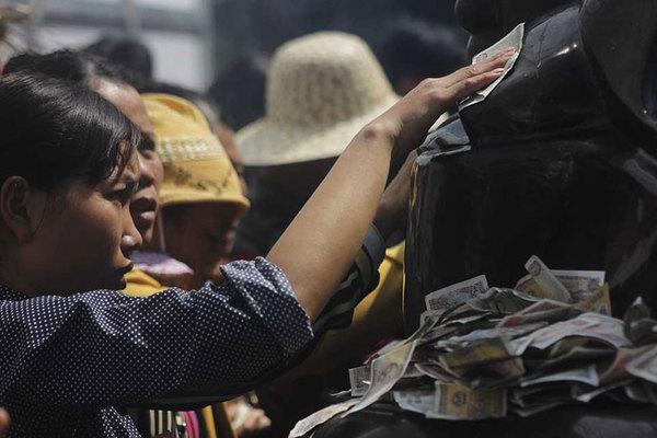 Bái Đính khai hội, khách 'ép' tượng La Hán nhận tiền lẻ