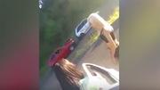 Hotgirl bikini khiến loạt ô tô đâm liên hoàn