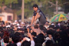 Cảnh giẫm đạp tại lễ hội cướp phết ở Vĩnh Phúc