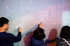 """Chen chân """"viết"""" điều ước lên bức tường linh thiêng"""