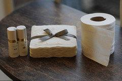 Choáng váng giấy vệ sinh siêu đắt 6,5 triệu đồng/bộ