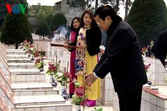 Chủ tịch nước dâng hoa tại nghĩa trang liệt sĩ Lạng Sơn
