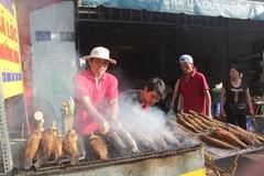 Đổ xô mua cá lóc nướng cúng Thần tài, cầu buôn may bán đắt