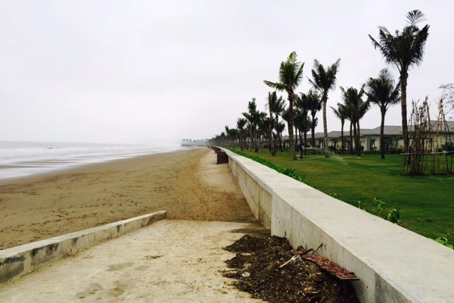 Dân tụ tập trước UBND tỉnh đòi FLC trả lại bãi biển