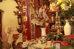 Rải tiền la liệt ở đền chùa Hà Nội