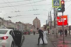 Chú rể lôi cô dâu xềnh xệch giữa đường