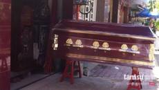 Kỳ quái Sài Gòn: Nghề ngủ trong quan tài lấy may