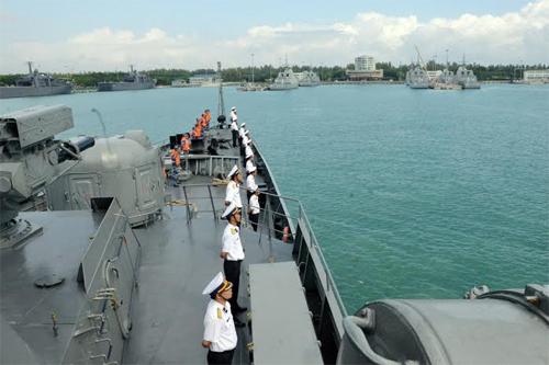 Tàu hộ vệ tên lửa Đinh Tiên Hoàng duyệt binh hoành tráng