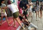 Vợ lột quần áo 'tình địch' giữa đường, chồng sợ hãi bỏ chạy
