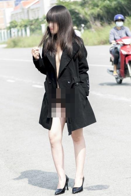 Thiếu nữ chụp ảnh nhạy cảm gần tòa Bitexco Sài Gòn