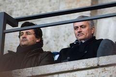 Sắp sa thải Van Gaal, M.U cầu cứu Mourinho