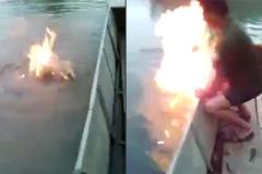 Kỳ lạ đốt lửa cháy trên mặt hồ