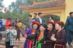Liền chị chụp selfie ở Hội Lim
