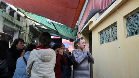 Chùa Phúc Khánh đặc kín người mang đồ ăn, chờ hành lễ