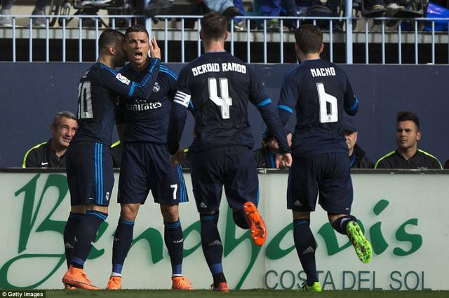 Ronaldo hỏng phạt đền, Real 'hít khói' Barca