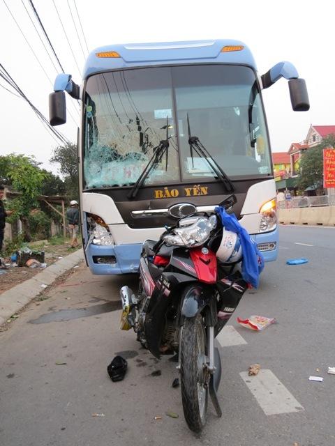 Xe khách đâm văng xe máy, 2 vợ chồng chết thảm