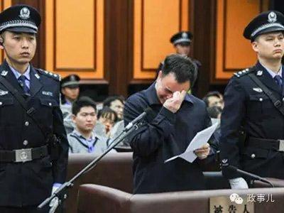 Quan tham bị 'tóm' bất ngờ, ra tòa khóc thảm thiết