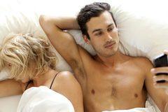 Đàn ông gọi di động 1 tiếng/ngày dễ vô sinh?