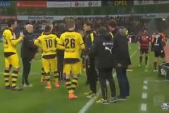 """Chết cười cảnh """"bỏ của chạy lấy người"""" của trọng tài Bundesliga"""