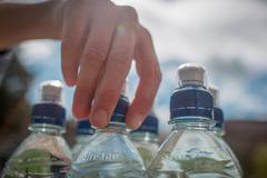 Tại sao biết bị lừa vẫn mua nước khoáng để uống?