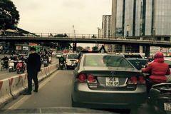 Hà Nội: Choáng vì thản nhiên đỗ xe, đi vệ sinh giữa đường!