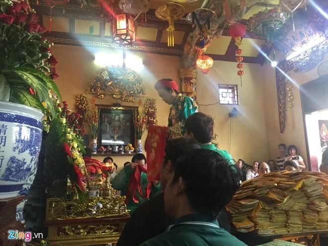 Hoài Linh xuất hiện sau tin đồn đền thờ Tổ trăm tỷ bị dỡ
