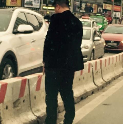 Công an truy tìm người đàn ông đi vệ sinh giữa đường