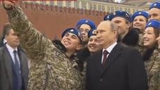 Xem Putin bối rối khi chụp ảnh 'tự sướng'