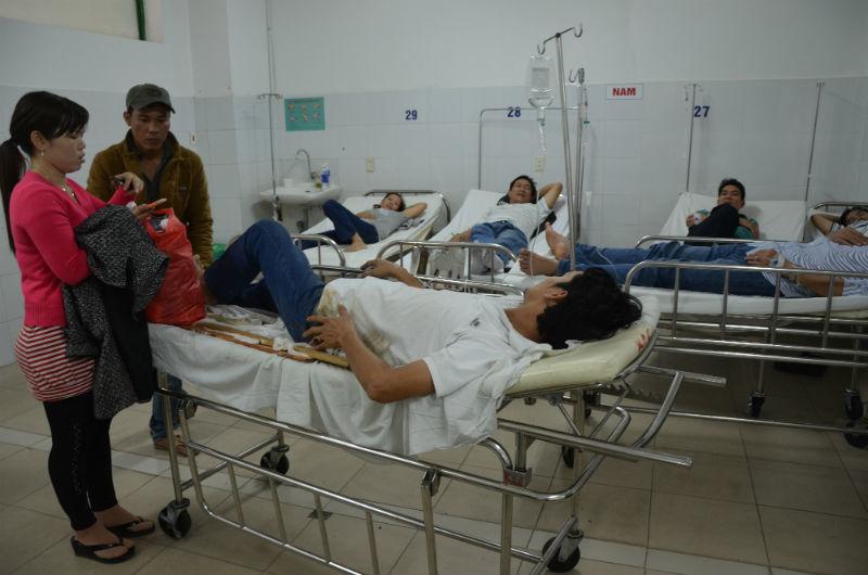 Lật xe trên QL1A, công nhân la liệt nhập viện