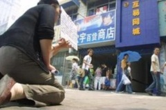 Phụ huynh quỳ gối trước cửa quán game cầu xin con về nhà