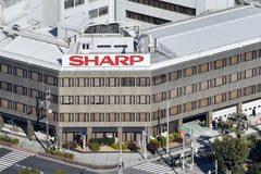 Sharp chấp nhận bán mình cho Foxconn