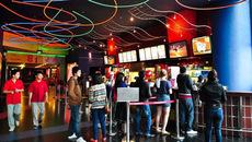 Khán giả đổ xô đi xem phim, rạp chiếu thu bộn tiền