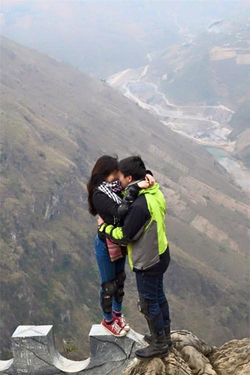 Ôm nhau trên đỉnh Mã Pí Lèng, cặp đôi phượt thủ gây 'sốc'