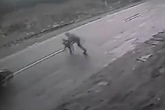 Ô tô đâm sượt em bé qua đường trong gang tấc
