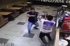 Tên cướp kinh ngạc vì bị tước súng trong chớp mắt