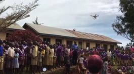 Trẻ em châu Phi lần đầu nhìn thấy drone