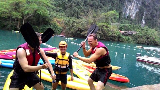 Sao King Kong tắm bùn, chèo thuyền Kayak ở hang Tối