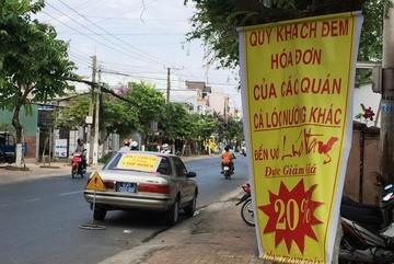 Xe biển xanh treo băng rôn quảng cáo cho quán nhậu