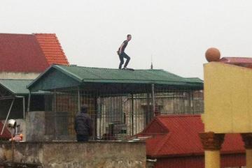 Hà Nội: Nam thanh niên la hét, cố thủ trên nóc nhà 4 tầng