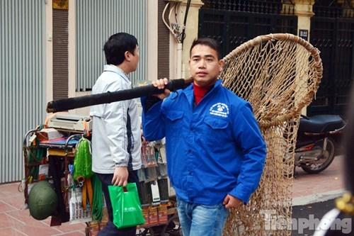 Hà Nội: Khỉ đực 20kg dạo chơi ở ban công, chung cư náo loạn