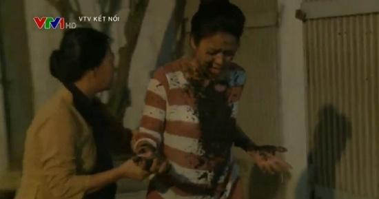 Cận cảnh màn diễn viên Thúy Hằng bị hắt mắm tôm