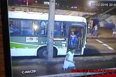 Bị xe buýt cán chết, người qua đường dửng dưng