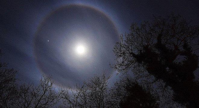 Vầng hào quang lạ quanh Mặt trăng trước ngày Nhật thực 9/3
