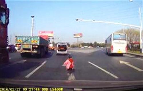 Cháu lăn từ xe ô tô xuống đường, ông không biết lái xe đi thẳng