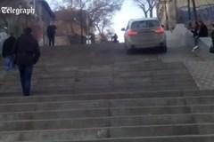 Xe BMW 'leo' cầu thang dành cho người đi bộ