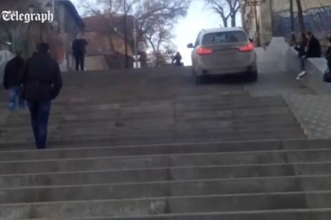 """Xe ô tô """"leo"""" cầu thang đi bộ để...đi tắt"""
