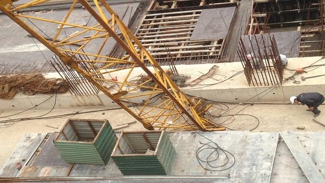Hà Nội: Cần cẩu bất ngờ đổ sập trong đêm