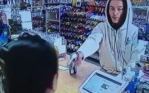 Nữ thu ngân tay không đánh cướp có súng